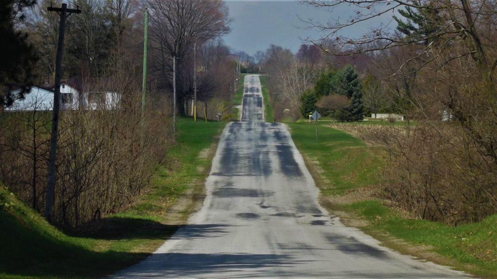 Движение автомобиля по холмистой местности