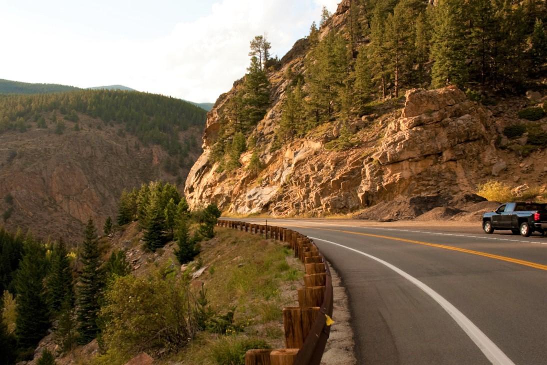 движение автомобиля с горы